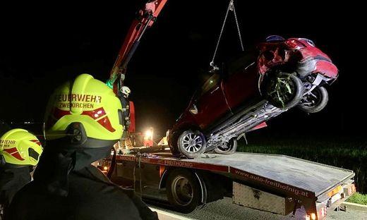 Die Feuerwehr barg das Unfallauto