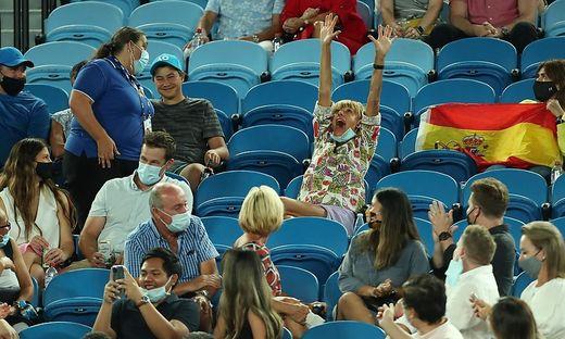 Diese Zuschauerin musste aus dem Stadion gebracht werden