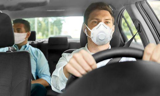 Personen, die nicht im gemeinsamen Haushalt wohnen, müssen im Pkw Masken tragen