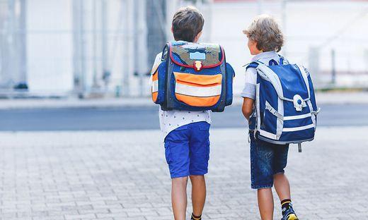 Mehrere Kinder mit Schultaschen wurden beobachtet, wie sie die Wohnung betreten (Symbolbild)