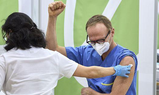 Wer wird zuerst geimpft? Greift der Impfstoff in mein Erbgut ein?