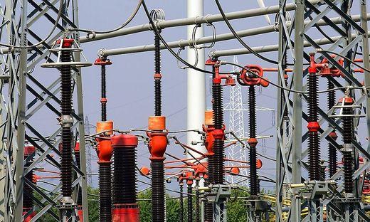 THEMENBILD-PAKET:  STROM / ALTERNATIVE ENERGIE - UMMSPANNWERK / WINDRAD
