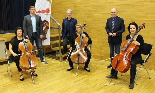 Hiden, Traxler-Turner und Pekler mit den drei Cellistinnen, die die Präsentation des Konzertprogramms musikalisch umrahmt haben