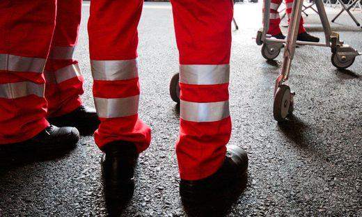 Erster Hilfeleistung durch Passanten von der Rettung in das UKH Klagenfurt gebracht