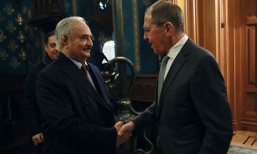 Russlands Außenminister Sergei Lavrov beim Treffen mit Khalifa Haftar in Moscow.