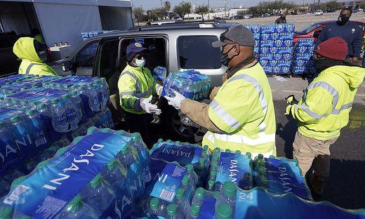 Trinkwasser ist in Texas immer noch Mangelware - durch die extreme Kälte platzten auch viele Wasserleitungen