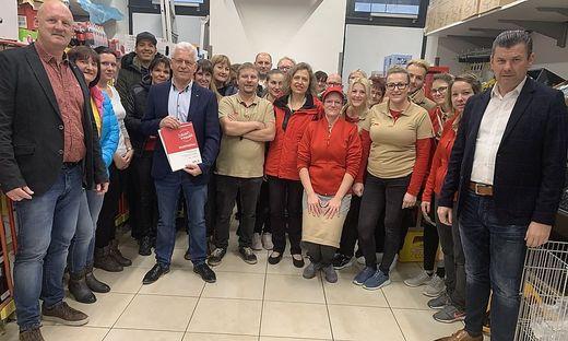 Günther Granegger (6. von links), Jutta Brandhuber (Mitte) und Werner Hackl (rechts) bei einer der 200 Betriebsversammlungen im Land