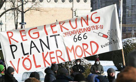 Bei der Corona-Demo in Wien waren auch Verschwörungstheoretiker zugegen