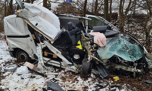 Am Auto entstand Totalschaden, der Lenker wurde unbestimmten Grades verletzt