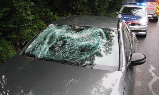 In dem Wagen saß ein Ehepaar. Die beiden kamen mit dem Schrecken davon und blieben zum Glück unverletzt.