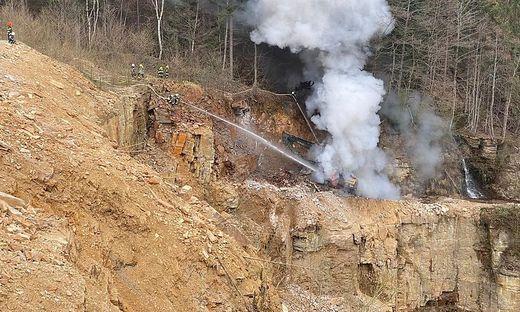 Unter großer Kraftanstrengung konnte die Ausbreitung des Feuers auf den nahegelegenen Wald verhindert werden
