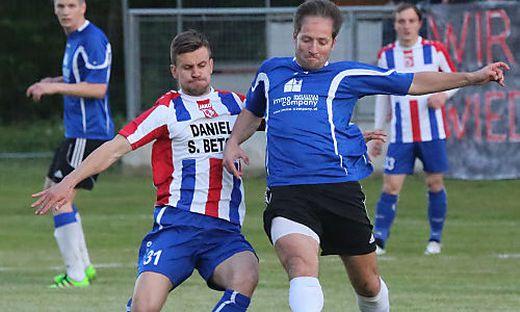 Zwei Fußball kämpfen um einen Ball. Rechts im Bild ist Haris Cerkic