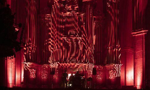 Kaum sichtbar, aber sehr präsent: Anna von Hausswolff an der Orgel des Grazer Doms