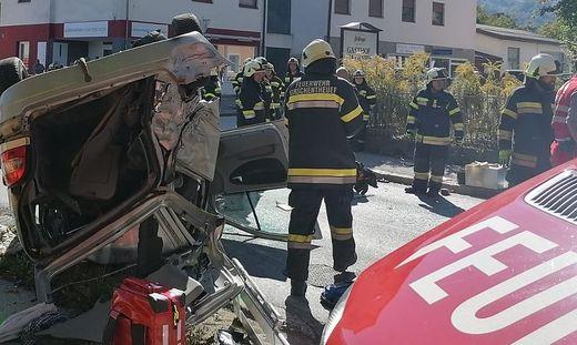 Ein Pkw kam nach dem Unfall am Dach zu liegen