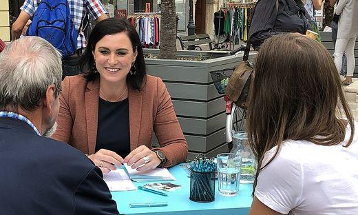 """Elisabeth Köstinger mit ihrem (Wahlkampf)""""Schreibtisch"""" auf dem Alten Platz in Klagenfurt"""