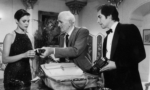 """Desmond Llewelyn war 17 Mal """"Q"""": Hier mit Carey Lowell als Pam Bouvier und Timothy Dalton als James Bond in Lizenz zum Töten"""
