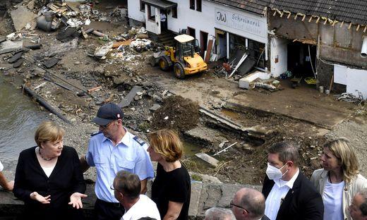 Sonntag das Flutgebiet und zeigte sich erschüttert über das Ausmaß der Katastrophe