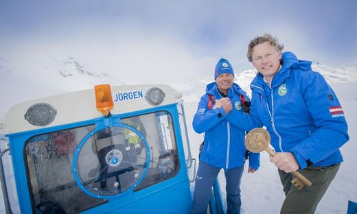 Peter Embacher (Leiter Schneeräumung Großglockner Hochalpenstraßen AG) und  Johannes Hörl (Vorstand Großglockner Hochalpenstraßen AG) bei der symbolischen Schlüsselübergabe