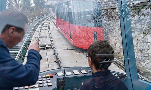 Mit der Schloßbergbahn fährt man an Adventsamstagen gratis