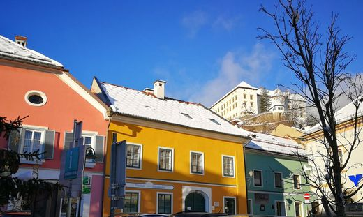 Das Pankesegger-Haus (gelb) am Fuße des Murauer Schlossberges ist nun im Besitz von Dietrich Mateschitz