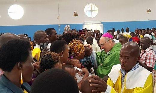 Bischof Krautwaschl mit Gläubigen in Tansania