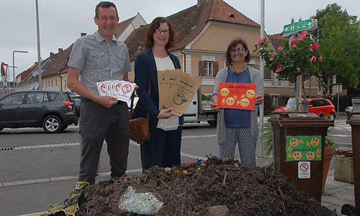 Die Abfallberater Alfred Derler (l.) und Sieglinde Neumeister (r.) informierten in Feldbach über richtige Bio-Müll-Entsorgung