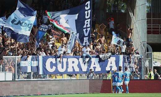 100 Napoli-Fans sitzen zuhause fest