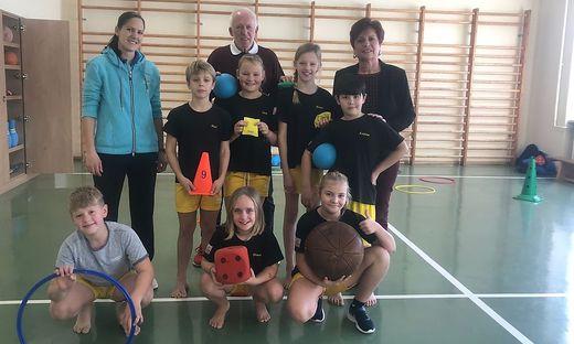 """""""Neuromotorisches Lernen"""", ein vom Grazer Gerhard Judmayer (hinten Mitte) entwickeltes Lernkonzept, wird in der Volksschule Lind zwei Stunden pro Woche praktiziert"""