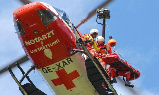Der Lenker des Leichtmotorrades erlitt dabei schwere Verletzungen und wurde vom Rettungshubschrauber RK 1 in das LKH Villach geflogen.