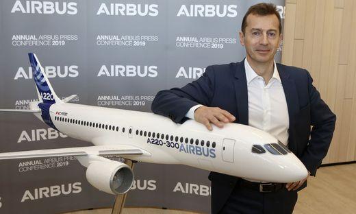 Airbus-Chef Guillaume Faury mit einem A220-Nachbau