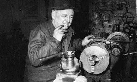 Schlossermeister Ferdinand Posch, Gründer der heutigen Posch GesmbH in Kaindorf, bei der Arbeit 1947