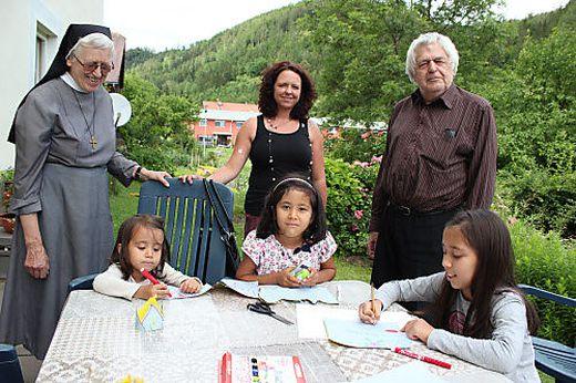 Schwester Lima, Lehrerin Flecker und Alt-Dechant Buc mit den Mädchen Zahra, Hania und Fatima (von links)