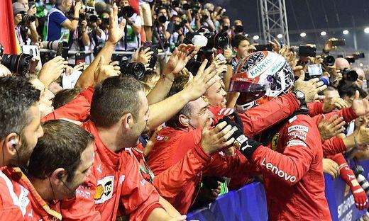 Sebastian Vettel wurde von seinen Mechanikern geherzt