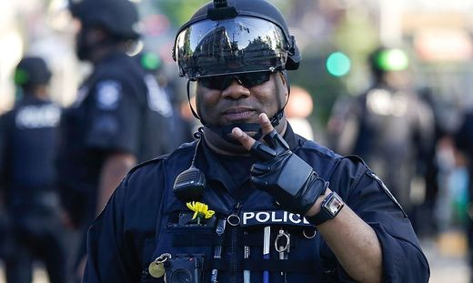 Symbolische Geste: US-Polizisten knien mit Demonstranten nieder