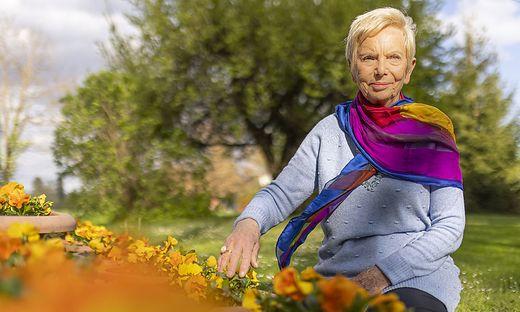 Zeitzeugin Katja Sturm-Schnabl in ihrem Garten in ihrem Heimatdorf Zinsdorf