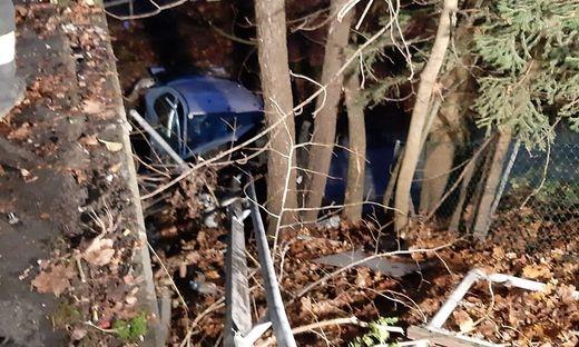 Der Unfallwagen stürzte in den Pesentheiner Bach