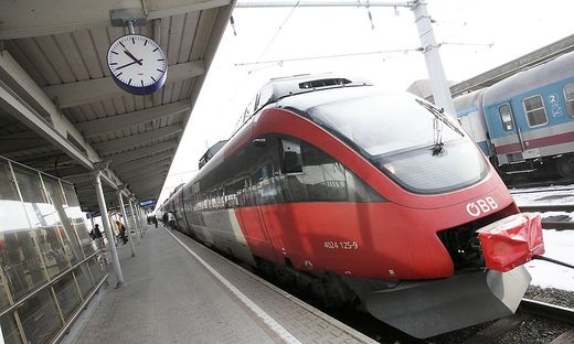 Bahn S-Bahn Schnellbahnverbindung Schnellbahn S Bahn Zug OeBB Zugfahren Fahrkarte Zug Notbremse