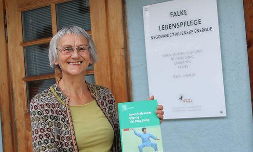Renate Falke vor ihrem Anwesen in Loibach