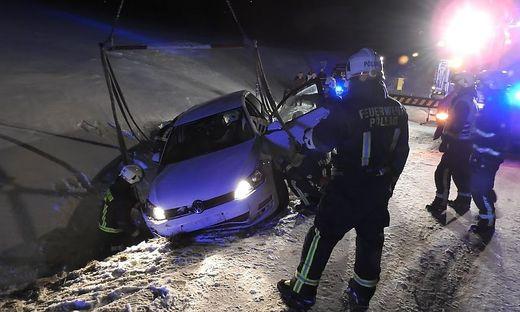 Mit Hilfe eines Krans konnte das Auto geborgen werden