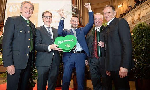 Herk, Buchmann, Schützenhöfer und Talowski gratulierten dem Meister des Jahres: Michael Dorner
