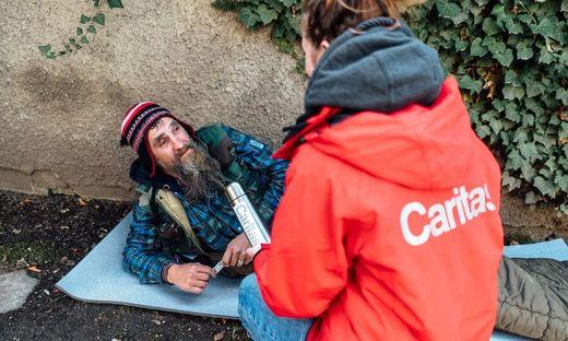 Vor Ort werden die obdachlosen Menschen mit Schlafsäcken, warmer Winterkleidung und wärmendem Tee versorgt