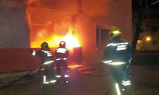 ++ HANDOUT ++ NIEDEROeSTERREICH: METERHOHE FLAMMEN AM BALKON EINER WOHNUNG IM BEZIRK BADEN