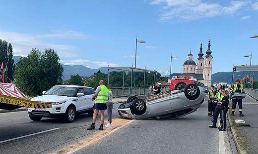 Beim Unfall kam eines der Autos auf dem Dach zu liegen