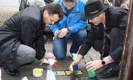 Kurator Michael Axmann und Superintendent Wolfgang Rehner machten bei der Aktion ebenso mit
