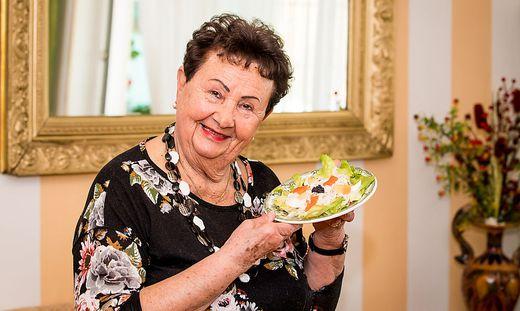 Erna Gmeiner mit ihrer Spezialität. Das genaue Rezept bleibt geheim