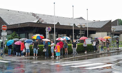 Obwohl es am Samstagvormittag regnete, kamen viele zum Impftag in die Sporthalle
