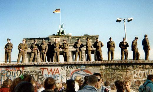 Wachsoldaten auf der Berliner Mauer