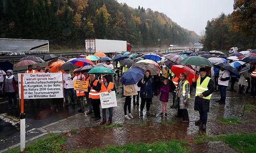 Vom strömenden Regen lassen sich die Demonstranten nicht abhalten