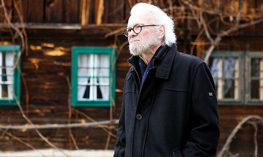 Gerhard Roth vor seinem Haus in der Südweststeiermark