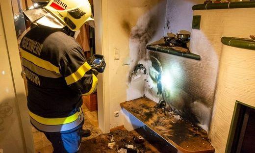 Nachkontrolle der Brandstelle mit der Wärmebildkamera
